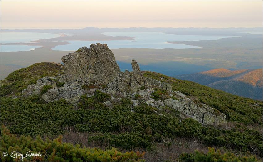 Вид с вершины горы Майорской на озера Тунайча, Изменчивое и залив Мордвинова