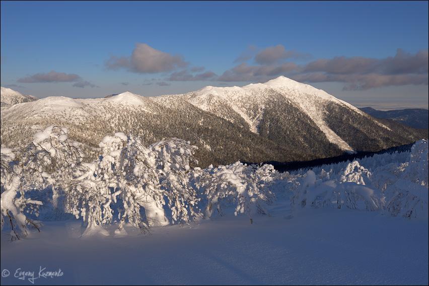 Вид на гору Пушкинская с северо-восточного склона пика Чехова
