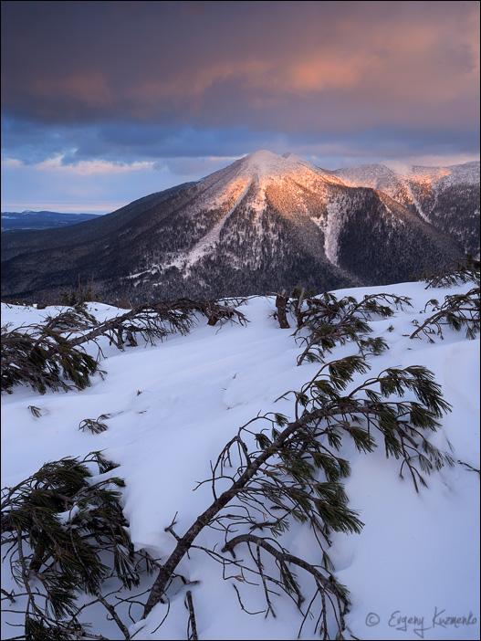 Язычница (гора Стахановская) в лучах заходящего солнца