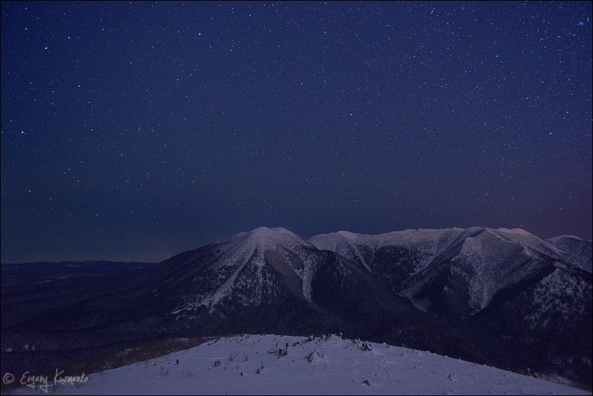 Майорский хребет под ночным небом