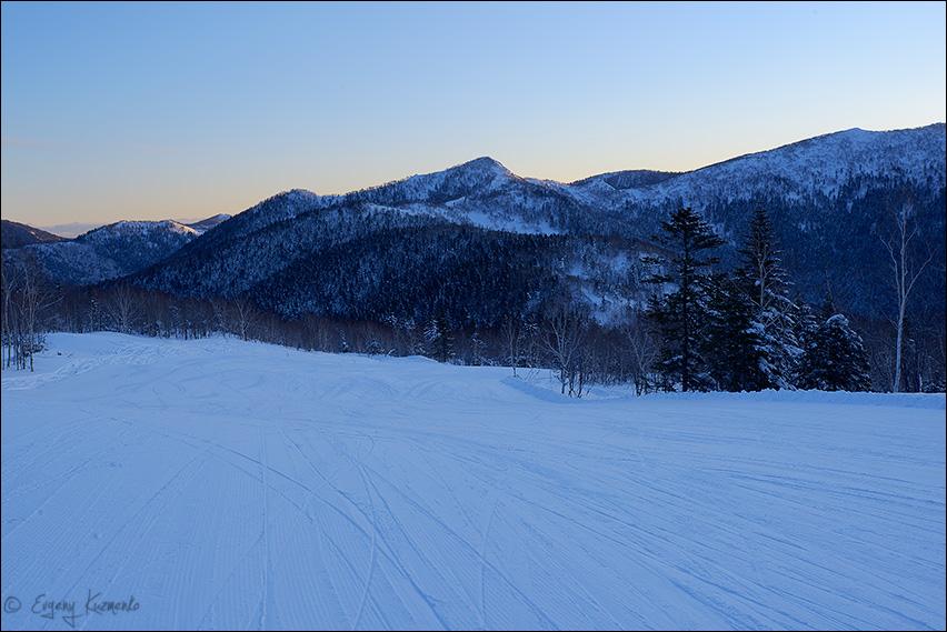 Рассвет на Горном Воздухе, на заднем плане - гора Российская