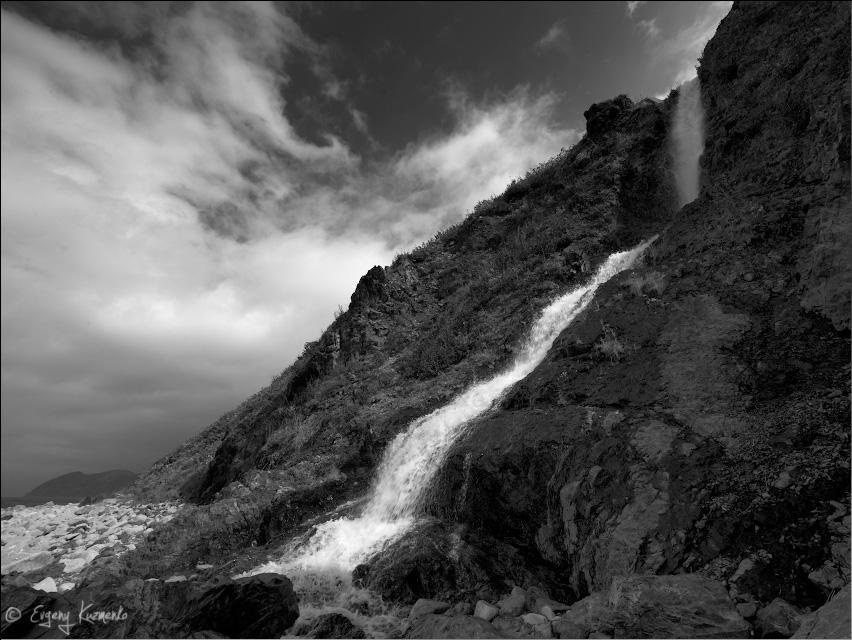 Водопад неподалеку от мыса Слюда