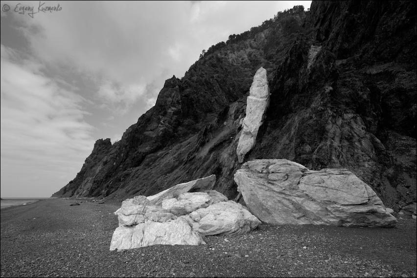Белые камни на темных скалах