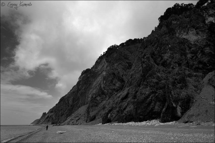 Прибрежные скалы очень высокие